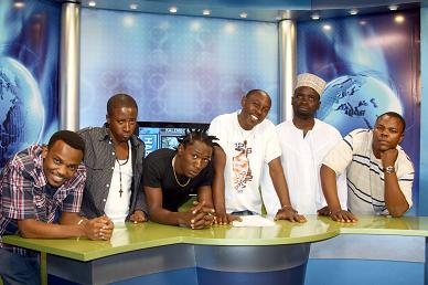 Kundi la Original Comedy wakiwa katika Studio za TBC1 wakati wa mazoezi ya onesho lao ambalo limepokelewa kwa shangwe na washabiki wao toka warudi hewani wiki mbili zilizopita. Hivi sasa hakuna anayetumia jina lake alilokuwa anatumia EATV bali sasa wana No-Name 1 hadi 7. Kesho Original Comedy wanafanya onesho lao la kwanza la wazi katika ukumbi wa Diamond Jubilee